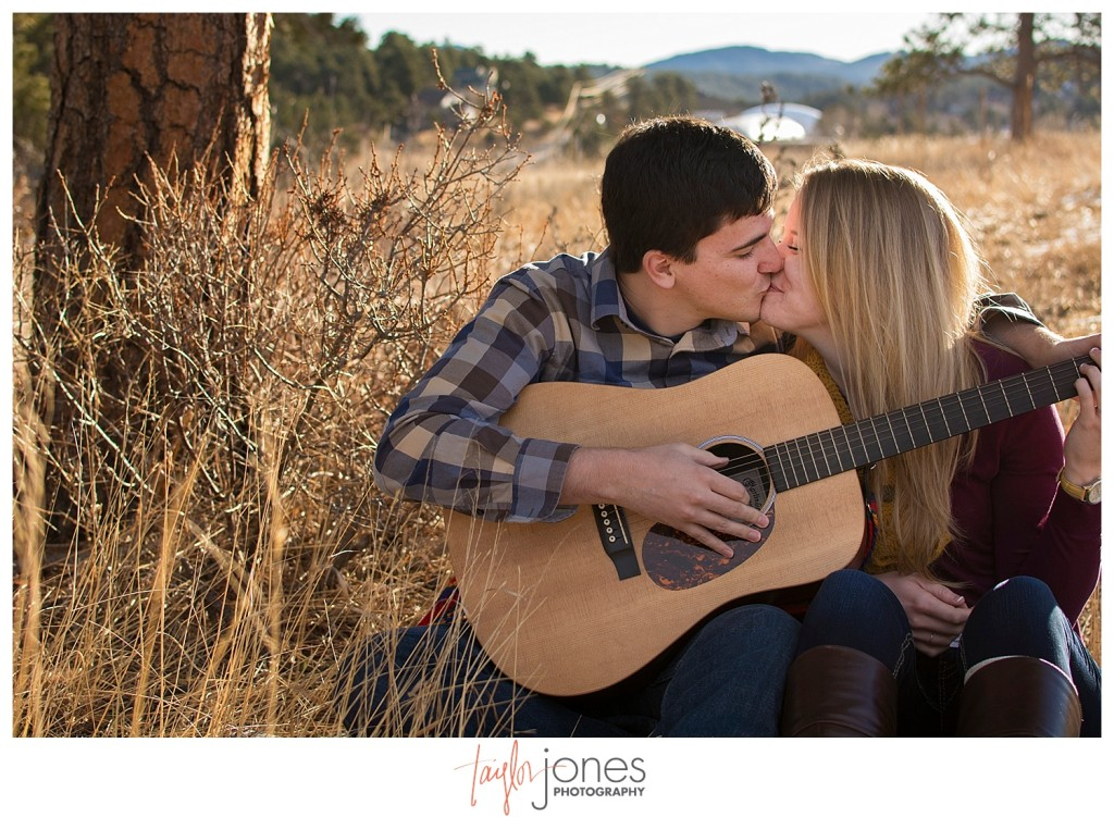 Couple kissing with guitar
