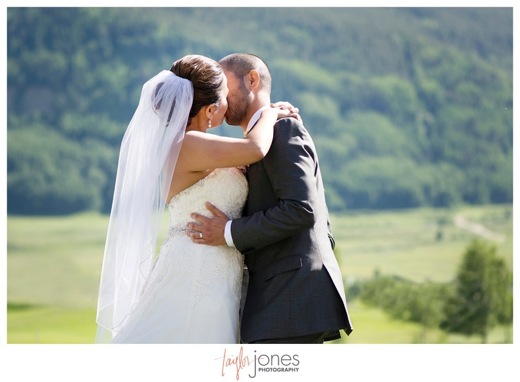 Wedding ceremony at the Club at Crested Butte first kiss